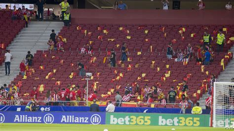 The Frente Atletico prepared 800 Spanish flags for
